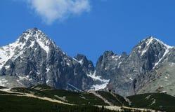 Rotsachtige die pieken van Tatra-Bergen met sneeuw worden behandeld Stock Foto's