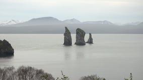 Rotsachtige eilanden in Vreedzame Oceaan op kusten van het Schiereiland van Kamchatka Gezoem binnen stock video