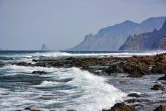 Rotsachtige eilandkust stock foto