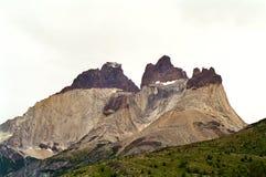 Rotsachtige gelaagde berg Stock Afbeelding