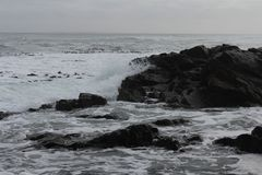 Rotsachtige golven royalty-vrije stock afbeelding