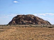 Rotsachtige heuvels in de woestijn van centraal Namibië royalty-vrije stock afbeelding