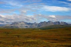 Rotsachtige heuvels op eiland van hemel stock fotografie