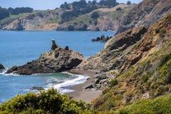 Rotsachtige inhammen en zandige stranden royalty-vrije stock foto's