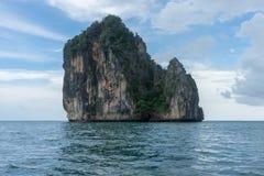 Rotsachtige klip op klein eiland in Krabi, Thailand stock foto's