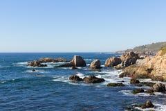 Rotsachtige klip op vreedzame oceaan oceaankust stock fotografie