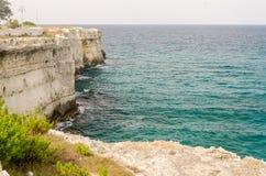 Rotsachtige klippen bij Torre-dell'Orsostad in Salento, Italië Royalty-vrije Stock Foto