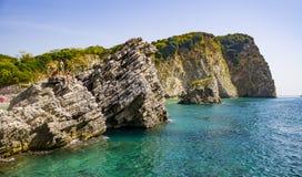 Rotsachtige klippen in de Balkan met mensen het springen Stock Afbeelding
