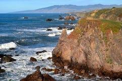 Rotsachtige Klippen die Vreedzame Oceaan overzien royalty-vrije stock fotografie