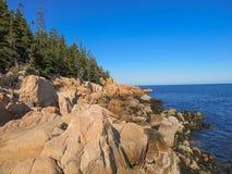 Rotsachtige kust Stock Afbeeldingen