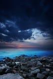 Rotsachtige kust bij nacht Royalty-vrije Stock Afbeeldingen