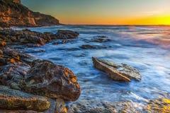 Rotsachtige Kust bij Zonsondergang stock foto's