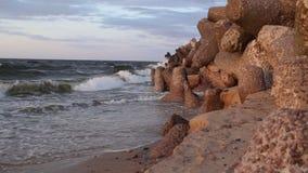 Rotsachtige kust, de golven van het overzees stock video
