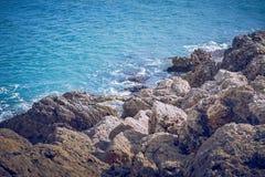 Rotsachtige kust in de Middellandse Zee stock foto