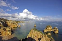 Rotsachtige kust dichtbij Lagos in Portugal Royalty-vrije Stock Fotografie