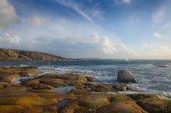 Rotsachtige kust door het overzees Royalty-vrije Stock Foto