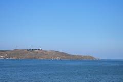 Rotsachtige kust door het overzees Royalty-vrije Stock Foto's