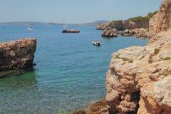 Rotsachtige kust en baai Cala Xinxell Palma-de-Mallorca, Spanje Royalty-vrije Stock Foto