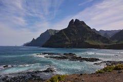 Rotsachtige kust en berg stock afbeelding