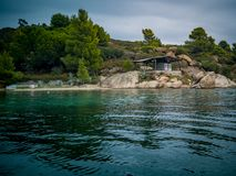 Rotsachtige kust en een Kampeerauto op Diaporos-Eiland stock afbeelding