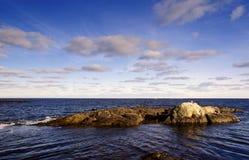 Rotsachtige Kust en Mooie Wolken Royalty-vrije Stock Fotografie