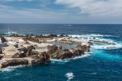 Rotsachtige kust en natuurlijke pool Stock Foto's