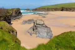 Rotsachtige kust en strand de Baai van Noord- trevone Cornwall Engeland het UK dichtbij Padstow en Newquay Stock Foto's