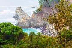 Rotsachtige kust in het Grote Sur-park van de staat royalty-vrije stock fotografie