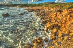 Rotsachtige kust in het strand van Le Bombarde stock fotografie