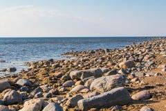 Rotsachtige kust in Kabli, Oostzee, Estland stock foto's