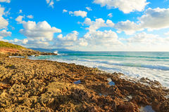 Rotsachtige kust in Le Bombarde stock afbeeldingen