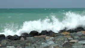 Rotsachtige kust met de gerolde golven Langzame Motie stock video