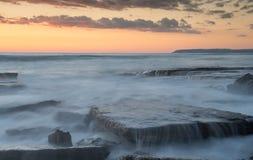 Rotsachtige kust met golvende oceaan en golven die op de rotsen verpletteren Royalty-vrije Stock Fotografie