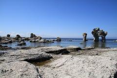 Rotsachtige kust met Raukar stock afbeelding
