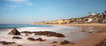 Rotsachtige kust met Strandplattelandshuisjes die Crystal Cove State Park B voeren royalty-vrije stock afbeeldingen