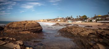 Rotsachtige kust met Strandplattelandshuisjes die Crystal Cove State Park B voeren stock foto