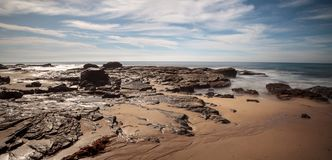 Rotsachtige kust met Strandplattelandshuisjes die Crystal Cove State Park B voeren royalty-vrije stock fotografie