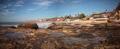 Rotsachtige kust met Strandplattelandshuisjes die Crystal Cove State Park B voeren Stock Fotografie