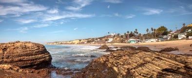 Rotsachtige kust met Strandplattelandshuisjes die Crystal Cove State Park B voeren Stock Afbeeldingen