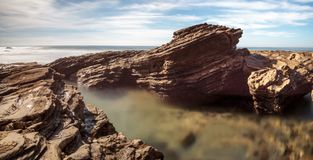 Rotsachtige kust met Strandplattelandshuisjes die Crystal Cove State Park B voeren royalty-vrije stock foto's