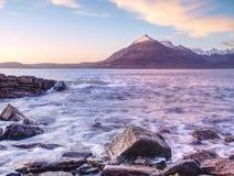 Rotsachtige kust met zeewater en grote gebarsten rotsen met erosietekens Rotsachtige Kustlijn Royalty-vrije Stock Foto's
