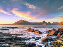 Rotsachtige kust met zeewater en grote gebarsten rotsen met erosietekens Rotsachtige Kustlijn Stock Foto