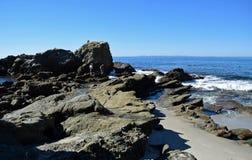 Rotsachtige kust in Moss Street Cove, Laguna Beach, Californië royalty-vrije stock afbeelding