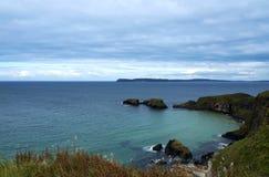 Rotsachtige kust in Noord-Ierland Royalty-vrije Stock Foto's