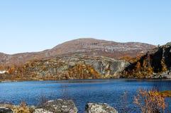 Rotsachtige kust in Noorwegen op de herfst Royalty-vrije Stock Foto's