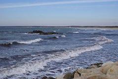 Rotsachtige kust op de kust Royalty-vrije Stock Afbeelding