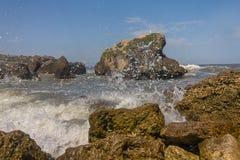 Rotsachtige kust op de kust van het overzees Stock Foto