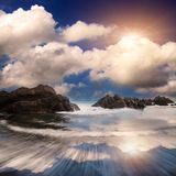 Rotsachtige kust op een winderige dag stock fotografie