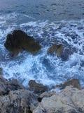 Rotsachtige kust overzeese golven Stock Afbeelding