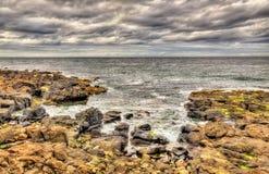 Rotsachtige kust in Portstewart Stock Afbeelding